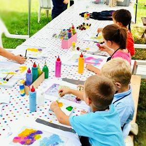 Kinder bemalen verschiedene Textilien
