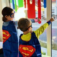 Zwei Kinder im Superheldenkostüm