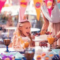 Ein Mädchen freut sich über ihre Geburtstagstorte