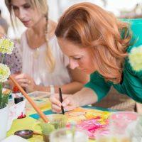 Zwei Frauen malen