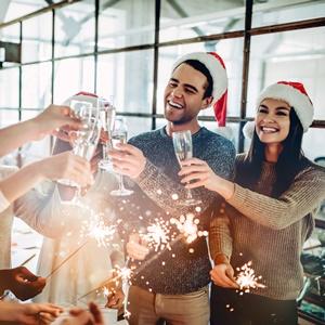 Mitarbeiter einer Firma feiern eine Weihnachtsfeier