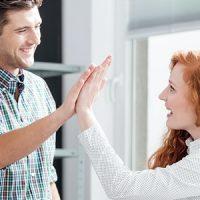 Eine Frau und ein Mann geben sich ein High-Five